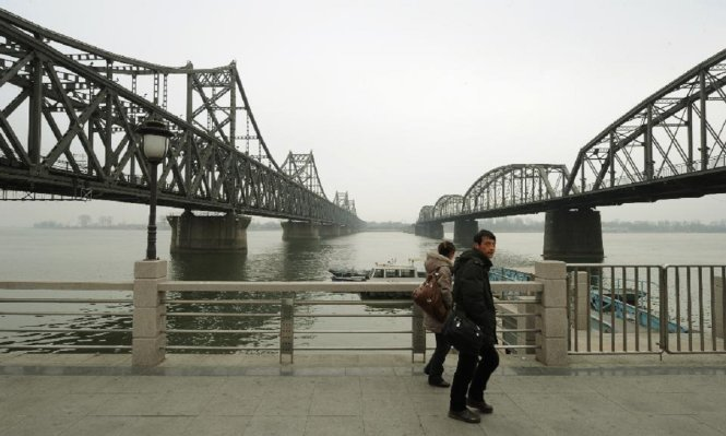 Du khách tham quan cây cầu dẫn tới Triều Tiên nằm ở thị trấn Đan Đông, biên giới Trung Quốc-Triều Tiên - Ảnh: Getty Images