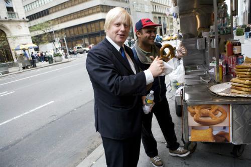 Boris Johnson mua bánh từ một gian hàng trên vỉa hè khi còn làm thị trưởng London (Ông hiện là ngoại trưởng Anh). Ảnh: Zimbo