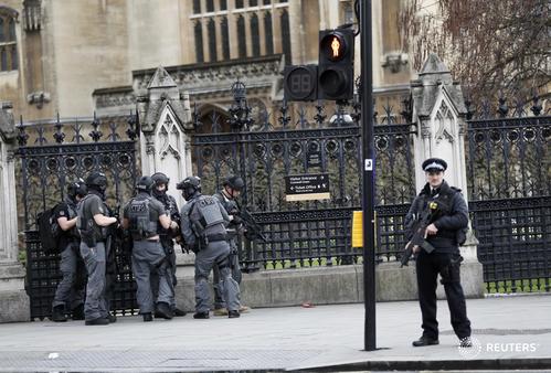 Lực lượng vũ trang bên ngoài tòa nhà quốc hội ở London. Ảnh: Reuters