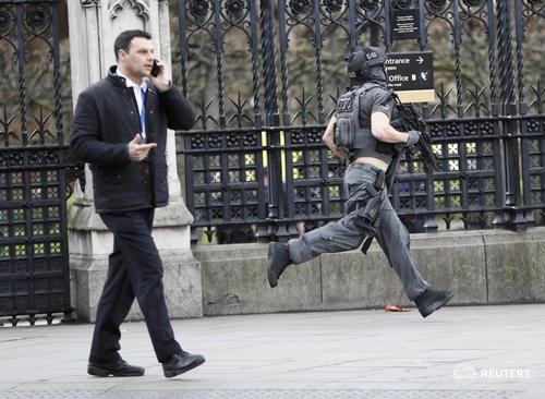 Cảnh sát vũ trang bên ngoài tòa nhà quốc hội ở London. Ảnh: Reuters