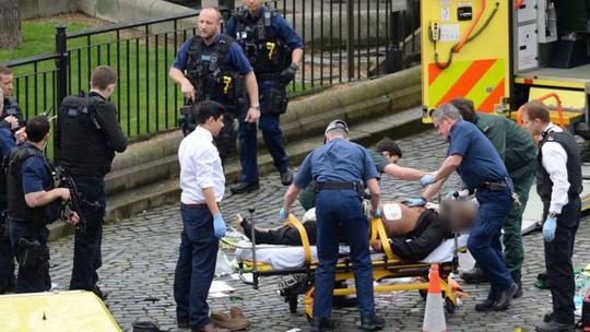 Nghi phạm vụ tấn công được đưa đi chữa trị sau khi bị cảnh sát bắn - Ảnh: AP