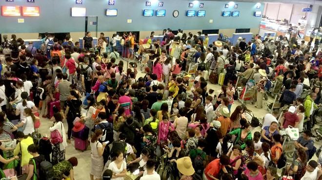 Du khách Trung Quốc đông nghẹt ở sân bay quốc tế Cam Ranh. Ảnh: Minh Hoàng.