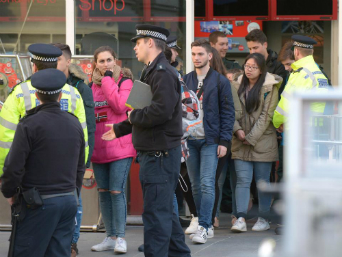 Cảnh sát tập trung những khách được đưa xuống từ đu quay. Ảnh: South West News Service.