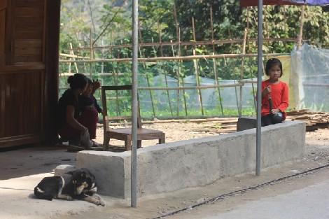 Những đứa trẻ mồ côi ở bản Xốp Mạt, xã Lượng Minh.