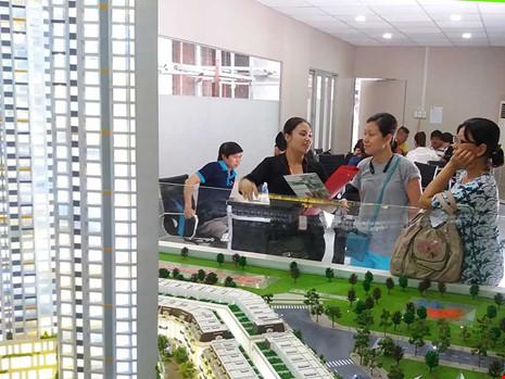 Nguy cơ xảy ra tranh chấp giữa chủ đầu tư và người mua căn hộ-văn phòng ngày càng nhiều. Trong ảnh: Khách hàng tìm mua dự án có căn hộ-văn phòng ở TP HCM. Ảnh: HTD