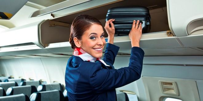 Tiếp viên hàng không luôn phải đánh giá ấn tượng ban đầu của hành khách trong vài giây. Ảnh: Huffpost.