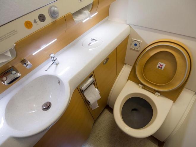 Việc phải đi vệ sinh trong không gian hẹp và có người ở ngay bên ngoài khiến không ít người thấy bất tiện. Ảnh: Alamy.