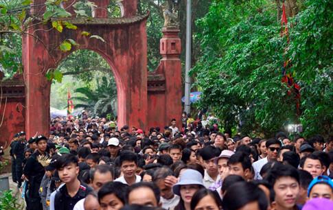 Con đường chính dẫn lên Đền Hùng chật kín người Ảnh Minh Chiến