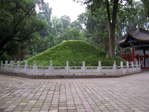 Mộ Khổng Minh ở núi Định Quân: Ảnh: Linet.