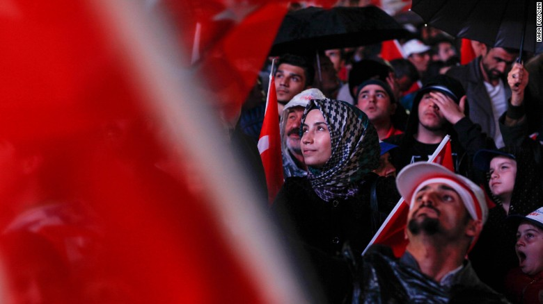 Người ủng hộ đảng Công lý và phát triển cầm quyền ăn mừng. Ảnh: CNN