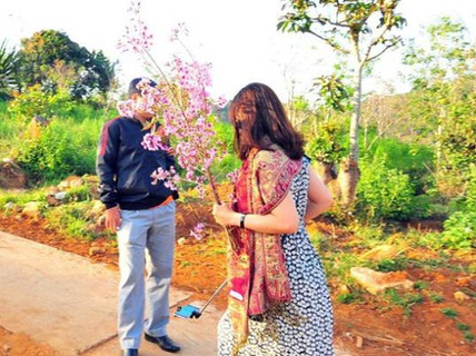 Hình ảnh bà Hiếu cầm hoa anh đào chụp hình ở Đà Lạt, hôm 4-3-2017
