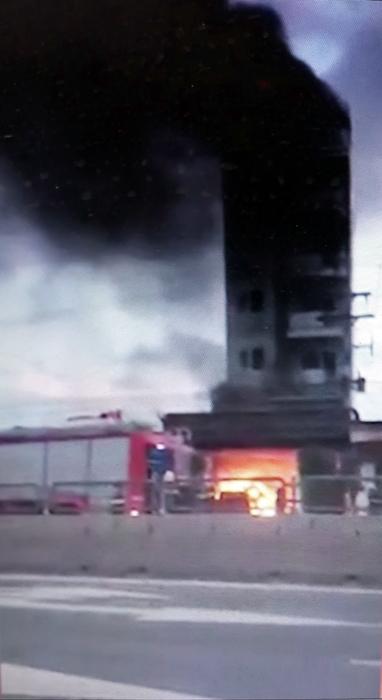 Xe chữa cháy của lực lượng cảnh sát PCCC Bình Thuận đã kịp thời có mặt tại hiện trường (ảnh H. Huỳnh)