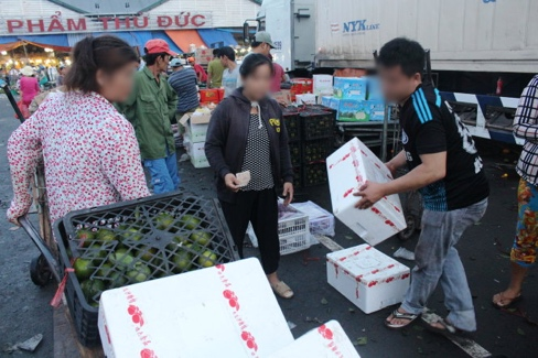 Cam Trung Quốc về chợ đầu mối được một số tiểu thương bóc nhãn để biến thành cam Việt - Ảnh: C.Trung