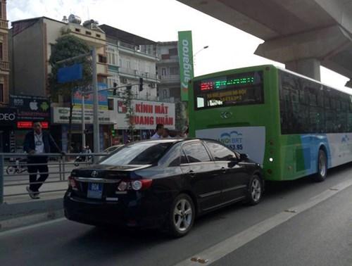 Chiếc xe biển xanh húc vào đuôi xe BRT trên làn đường dành riêng. Ảnh: Otofun