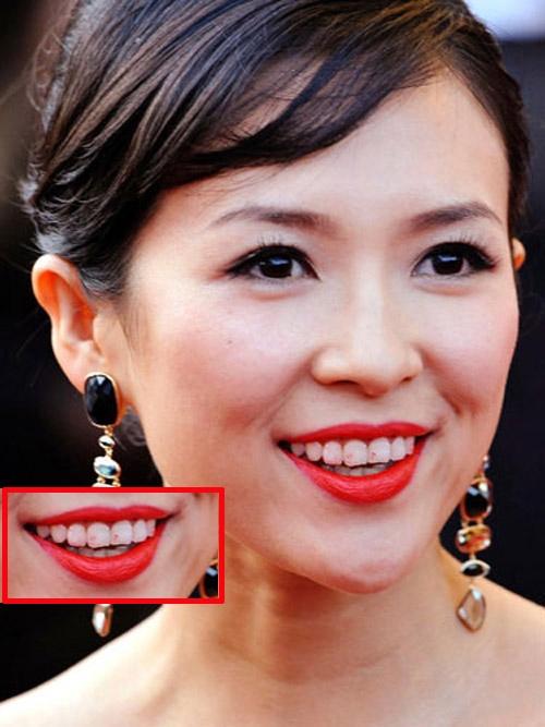 Ngay cả những người đẹp nổi tiếng cũng thường gặp phải lỗi trang điểm son dính răng.