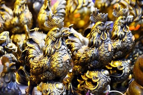 Theo ghi nhận của phóng viên, tại một số chợ Tết, chợ đồ cũ,... xuất hiện nhiều cửa hàng bán những chú gà làm bằng đồng chào đón năm Đinh Dậu.