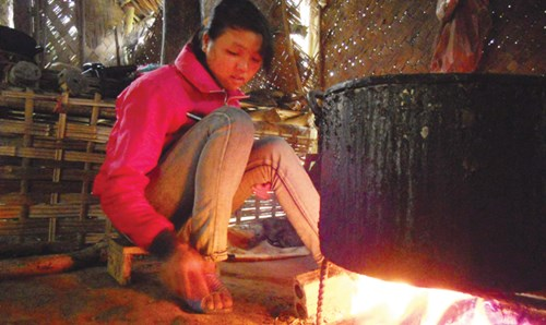 Một thiếu nữ trong tuổi yêu, nhóm lửa chờ các chàng trai đến gõ cửa ngủ thăm.