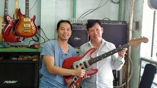 Tác giả và nghệ nhân Nguyễn Hoàn (trái) với một cây đàn điện cổ Việt Nam sản xuất năm 1963.