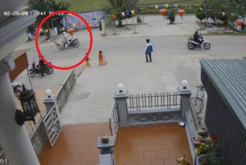 Em bé băng qua đường đột ngột bị xe máy tông trúng.