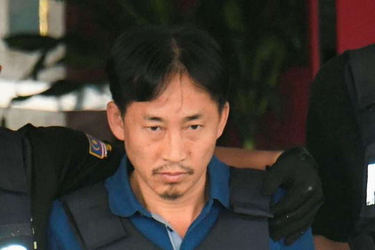 Công dân Triều Tiên Ri Jong-chol rời đồn cảnh sát và có mặc áo chống đạn. Ảnh: REUTERS