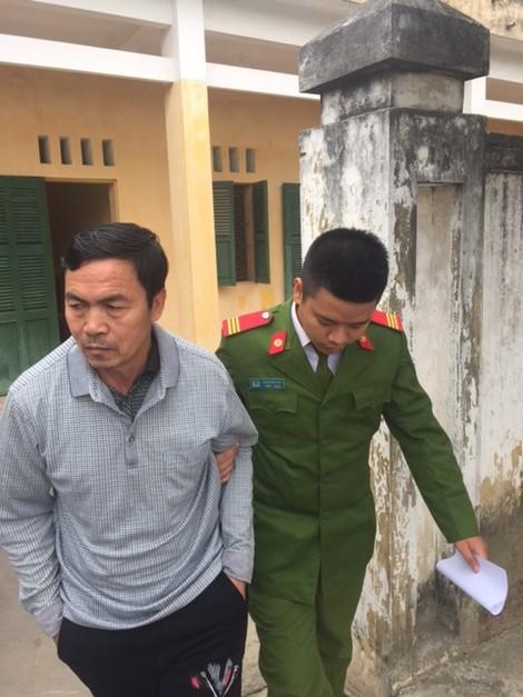Dẫn giải đối tượng Phạm Văn Trà về trại tạm giam.