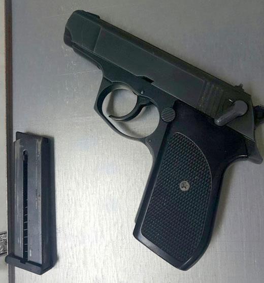 Khẩu súng thu được trong két sắt của Anh.