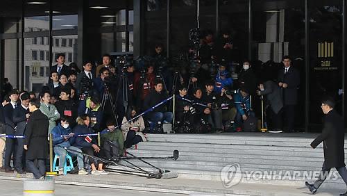 Phóng viên đợi bà Park ở Văn phòng công tố quận trung tâm Seoul ngày 21-3. Ảnh: YONHAP