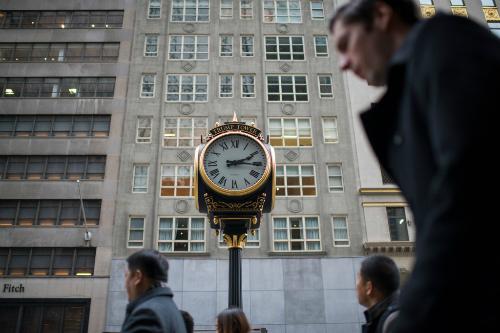 Đồng hồ của công ty Electric Time ở vỉa hè bên ngoài tháp Trump. Ảnh: NYTimes