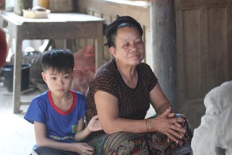 Bà Lô Thị Lan tuy ở tuổi gần đất xa trời vẫn phải chăm nuôi 6 đứa cháu mồ côi. (Ảnh: Thạch Văn).