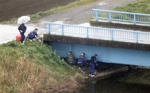 Các nhà điều tra xem xét khu vực tìm thấy thi thể bé gái Nhật Linh ở Abiko, tỉnh Chiba. Ảnh: KYODO