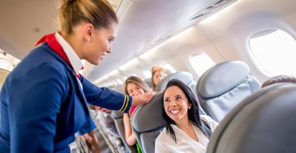 Tiếp viên hàng không luôn quan tâm tới hành khách trên chuyến bay. Ảnh: Qysh.