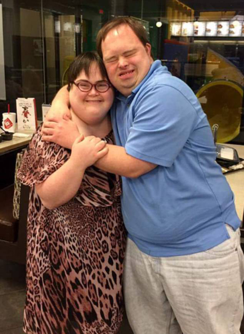 Cả hai ôm chầm lấy nhau sau màn cầu hôn đặc biệt. Ảnh: Chick-Fil-A at South Mopac Facebook.