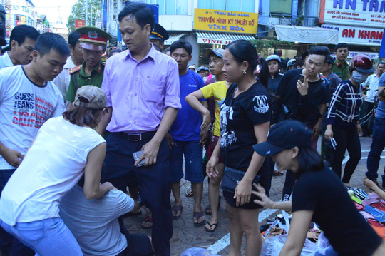 Người dân ôm chân ông Hưng