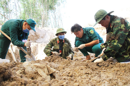 Chiều 14-4, lực lượng tìm kiếm tỉ mỉ bới từng nắm đất để tìm kiếm hài cốt.