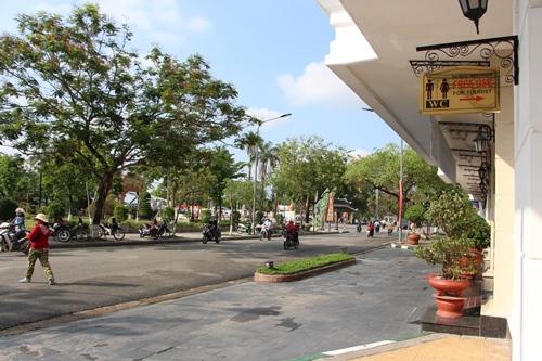 Khách sạn Sài Gòn Morin trên đường Lê Lợi gắn bảng nhà vệ sinh miễn phí cho khách du lịch và người dân. Ảnh: Võ Thạnh.