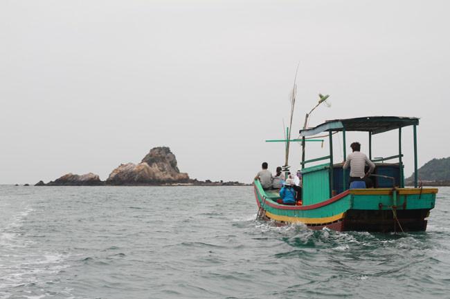 Những chuyến tàu ra các đảo nhỏ thường có giá khá đắt đỏ và quá sức chi trả nếu đoàn ít người.