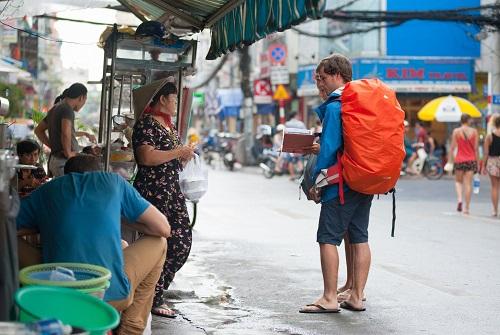 Tránh nóng, khách Tây mách nhau ra đường từ 4 rưỡi sáng - Ảnh 1.