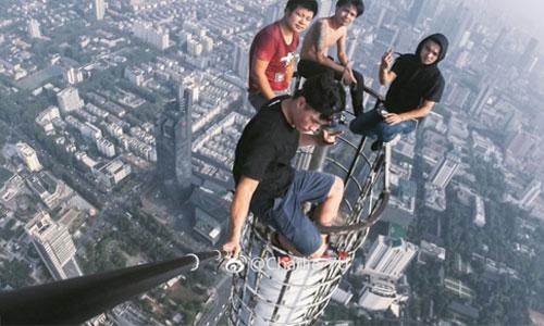 4 du khách Trung Quốc selfie trên đỉnh tòa nhà 450 m - Ảnh 1.