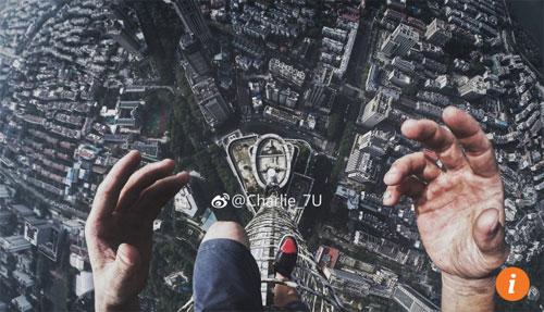 4 du khách Trung Quốc selfie trên đỉnh tòa nhà 450 m - Ảnh 2.