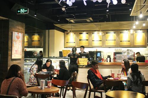 Cuộc vật lộn khi mở quán cà phê ở Sài Gòn - Ảnh 1.