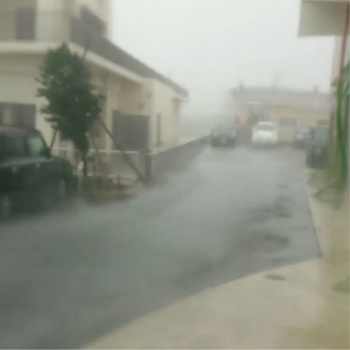 Né Trung Quốc, bão Talim gây mưa lớn nhất 50 năm ở Nhật Bản - Ảnh 1.
