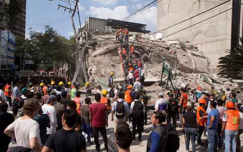 Đống đổ nát của một tòa nhà. Ảnh: AP