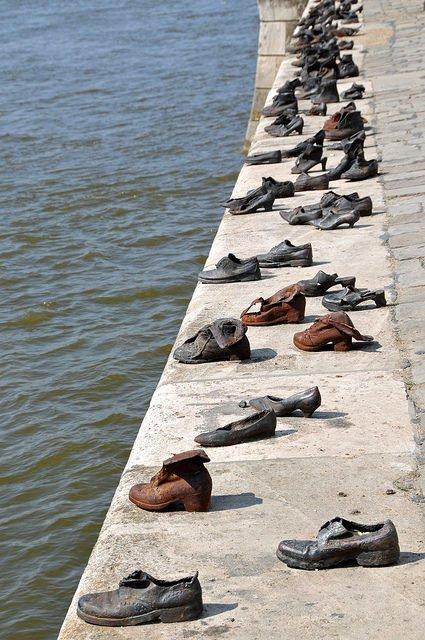 Hơn 60 đôi giày bên dòng Danube và câu chuyện ám ảnh phía sau - Ảnh 1.