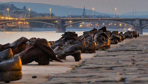 Hơn 60 đôi giày bên dòng Danube và câu chuyện ám ảnh phía sau - Ảnh 3.