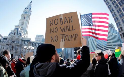 Vì sao công dân 8 nước bị liệt vào danh sách cấm nhập cảnh của Mỹ - Ảnh 2.