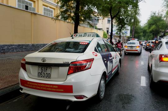 Sở GTVT ra tối hậu thư vụ taxi Vinasun phản đối Uber, Grab - Ảnh 1.