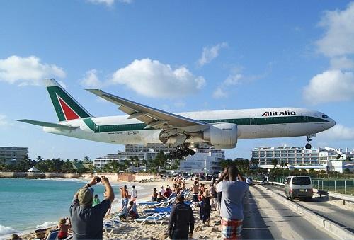 Sân bay hạ cánh cách đầu du khách vài mét - Ảnh 1.