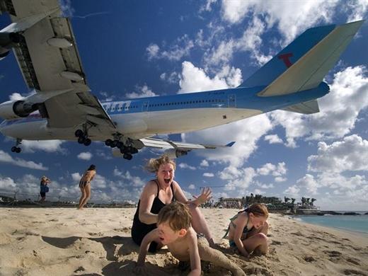 Sân bay hạ cánh cách đầu du khách vài mét - Ảnh 2.