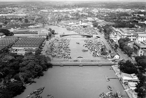 Cây cầu tình yêu 125 năm tuổi gây thương nhớ nhất ở Sài Gòn - Ảnh 1.