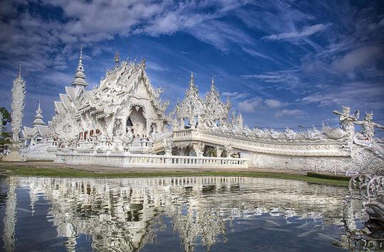 Khám phá ngôi đền trắng kỳ dị ở Thái Lan - Ảnh 1.
